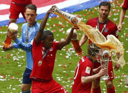 """Cầu thủ Bayern """"tắm bia"""" trong ngày nhận Đĩa bạc - 9"""