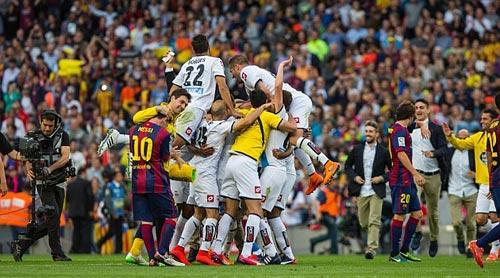 """Barca """"mở hội"""" nhận cúp, tri ân Xavi - 11"""