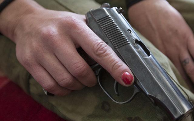 """Thiếu nữ suýt mất mạng vì chụp ảnh """"tự sướng"""" với súng - 1"""