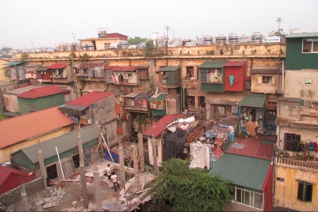 """Rùng mình những căn hộ """"hứng nước thải"""" ở Hà Nội - 1"""