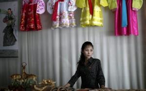 Phụ nữ Triều Tiên lăn lộn kiếm tiền nuôi gia đình