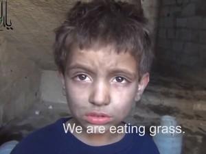 Video: Nghẹn ngào với em bé Syria ăn cỏ thay bánh mỳ