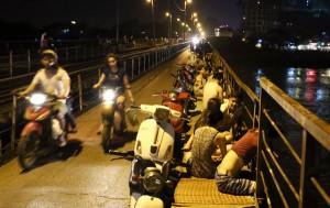 Nắng nóng kỷ lục, người Hà Nội ra đường hóng gió đêm