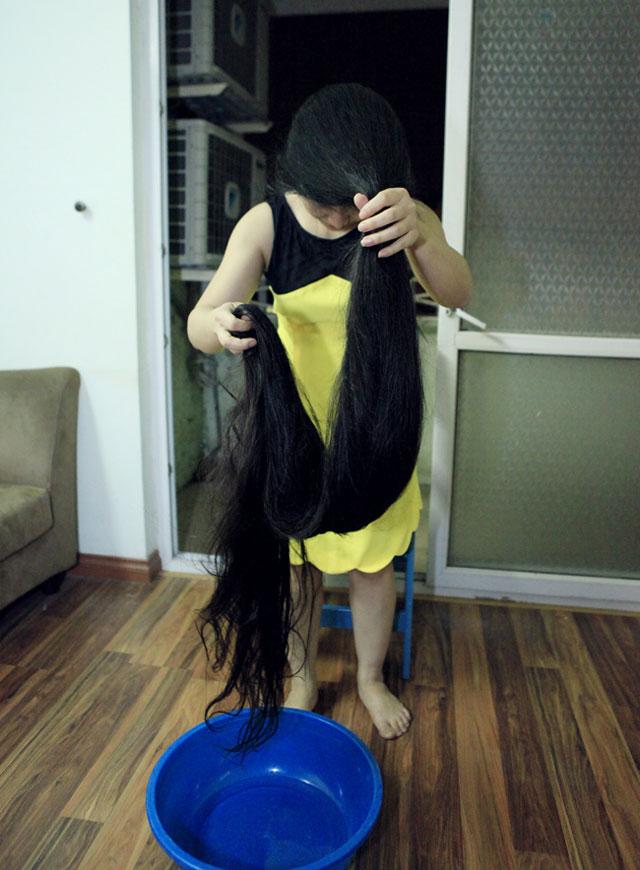 Kết quả hình ảnh cho Cô gái có bộ tóc dài nhất Việt Nam đội mũ bảo hiểm
