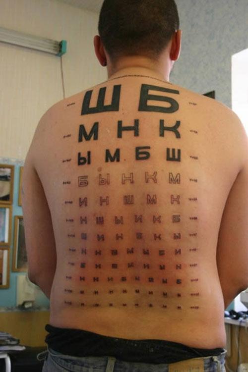 Không hiểu chàng trai lấy ý tưởng từ đâu để chọn cho mình hình xăm là ...bảng kiểm tra thị lực.