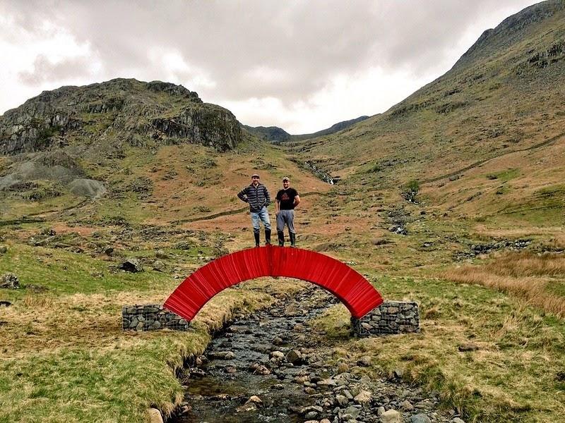 Độc và lạ cây cầu làm bằng giấy người có thể đi qua - 2