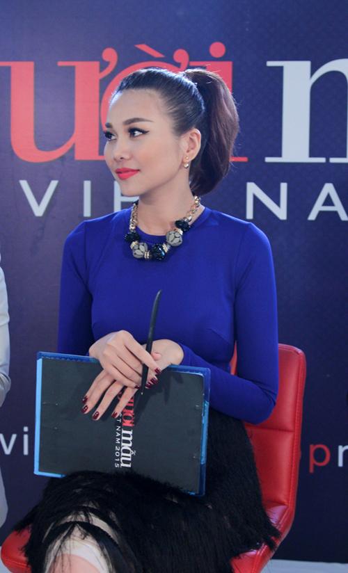 Thời trang hàng hiệu của Thanh Hằng trên ghế nóng - 9