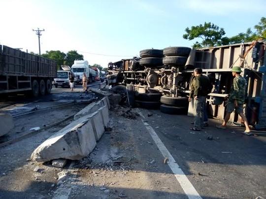 Xe tải gây tai nạn kinh hoàng, 4 người thương vong - 1