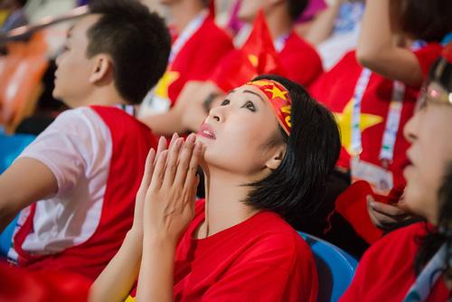 """Á hậu Tú Anh """"cháy hết mình"""" cùng U23 Việt Nam - 5"""
