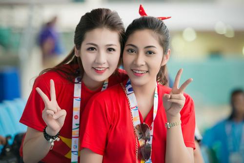 """Á hậu Tú Anh """"cháy hết mình"""" cùng U23 Việt Nam - 1"""