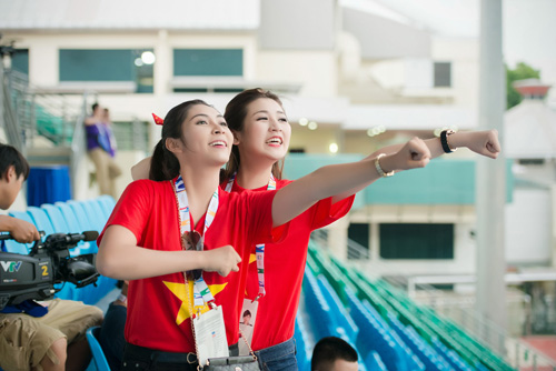 """Á hậu Tú Anh """"cháy hết mình"""" cùng U23 Việt Nam - 2"""