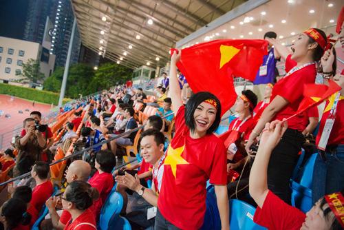 """Á hậu Tú Anh """"cháy hết mình"""" cùng U23 Việt Nam - 7"""
