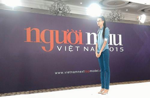 VNTM: Thiếu nữ cao 1m90 bị chuột rút vì guốc cao gót - 1