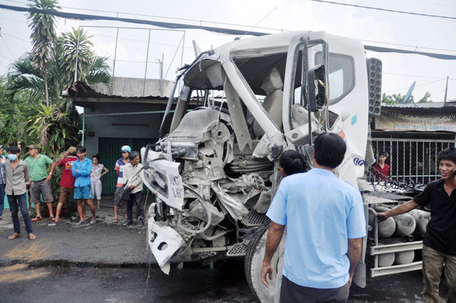 """TPHCM: Xe container đẩy xe tải """"bay"""" qua dải phân cách - 5"""