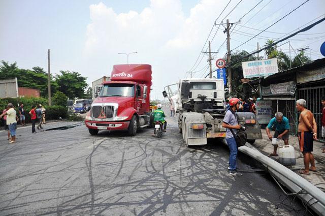 """TPHCM: Xe container đẩy xe tải """"bay"""" qua dải phân cách - 4"""
