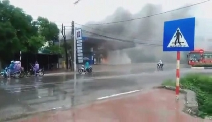 Cây xăng bốc cháy, người dân liều lĩnh đứng xem - 1