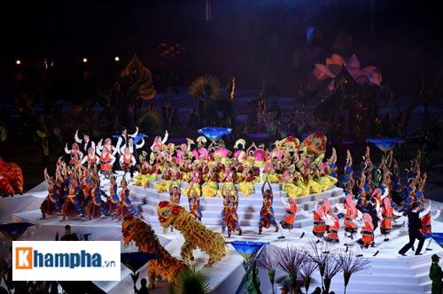 Các em nhỏ Việt choáng ngợp với lễ khai mạc SEA Games - 1