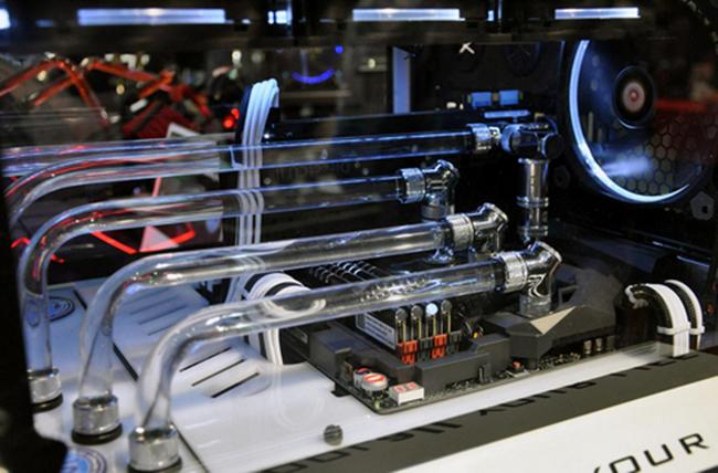 Ảnh chụp hệ thống tản nhiệt hoành tráng của một thùng máy tại Computex 2015.