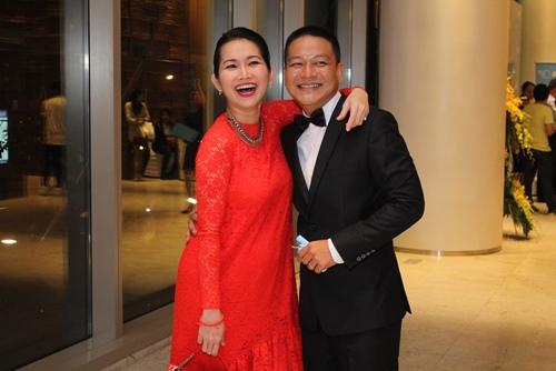 Vợ chồng Kim Hiền tình cảm giữa đám đông - 2