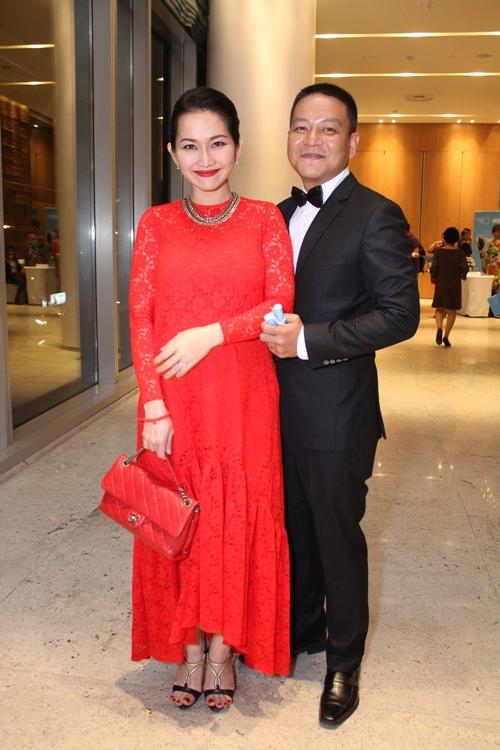 Vợ chồng Kim Hiền tình cảm giữa đám đông - 1