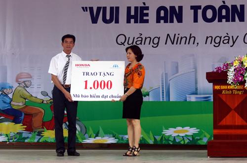 Honda VN trao tặng 1.000 mũ bảo hiểm cho học sinh tại tỉnh Quảng Ninh - 1