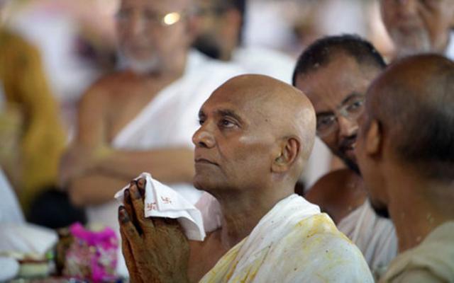 Tỷ phú Ấn Độ chi 16 triệu USD làm lễ xuống tóc đi tu - 1