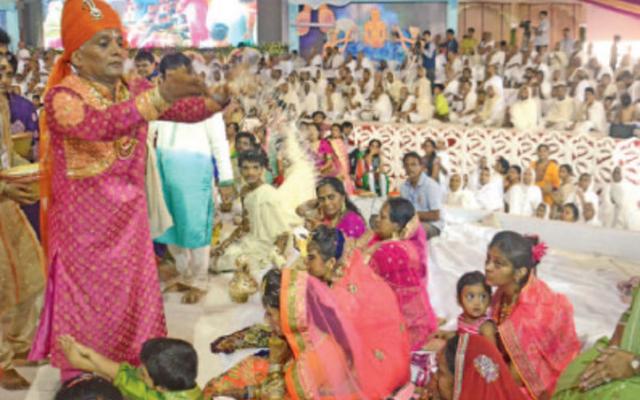 Tỷ phú Ấn Độ chi 16 triệu USD làm lễ xuống tóc đi tu - 2