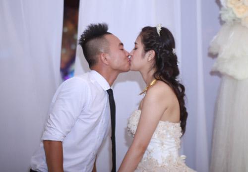 Phúc Bồ ngọt ngào khóa môi cô dâu hot girl - 1