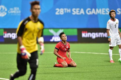 """Báo Singapore chê bóng SEA Games """"như bóng nhựa"""" - 1"""