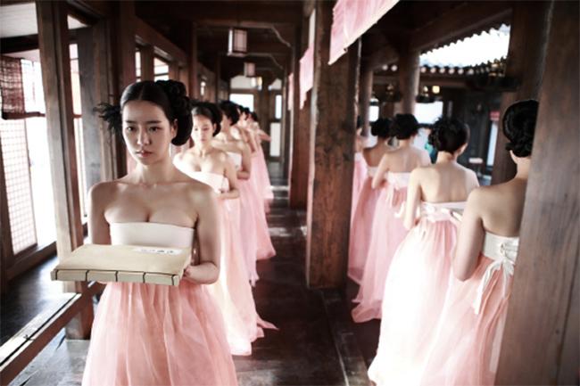 Tác phẩm táo bạo gần đây nhất thuộc về The Treacherous, bộ phim cổ trang 19+ xoay quanh vị & nbsp;vua Yeonsangun của triều đại Joseon, đây cũng là vị vua nổi tiếng tàn bạo, ăn chơi vô độ.