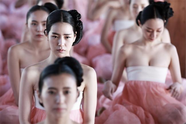 """Thời gian gần đây, trào lưu hở ngực trong các phim điện ảnh Hoa ngữ và Hàn Quốc đang ngày càng nở rộ và được xem là một trong chiêu câu khách hiệu quả, không bị giới hạn độ tuổi người xem như cảnh nóng, vừa """"hiện đại hóa"""" hình ảnh trong các bộ phim khai thác về đề tài cung đình."""