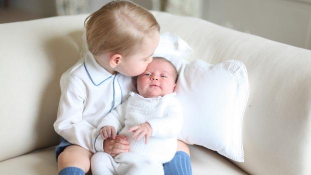 Lộ ảnh cực đáng yêu của tiểu công chúa, hoàng tử Anh - 1