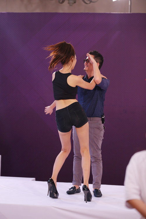 Những màn nhảy sexy cùng giám khảo của thí sinh VNTM - 1