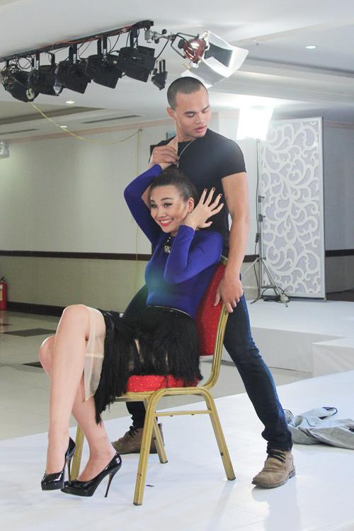 Những màn nhảy sexy cùng giám khảo của thí sinh VNTM - 5