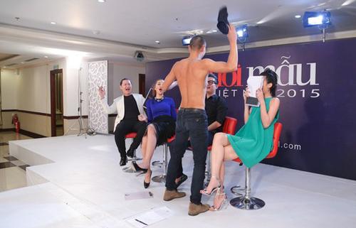 Những màn nhảy sexy cùng giám khảo của thí sinh VNTM - 6