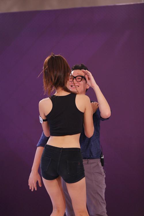 Những màn nhảy sexy cùng giám khảo của thí sinh VNTM - 10