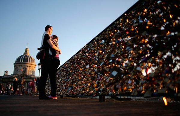 Ngắm cầu khóa tình yêu ở Pháp trước khi bị phá bỏ - 2