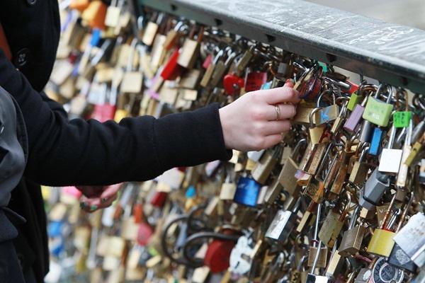 Ngắm cầu khóa tình yêu ở Pháp trước khi bị phá bỏ - 10