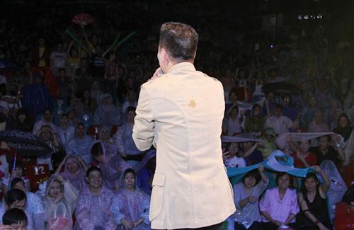Hàng ngàn khán giả đội mưa vì Đàm Vĩnh Hưng - 2