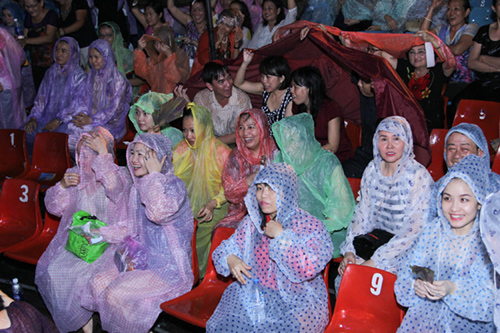 Hàng ngàn khán giả đội mưa vì Đàm Vĩnh Hưng - 3