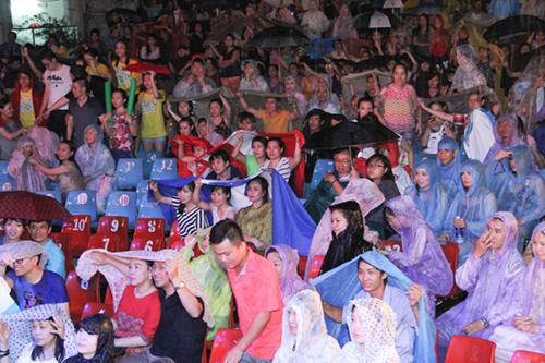 Hàng ngàn khán giả đội mưa vì Đàm Vĩnh Hưng - 4