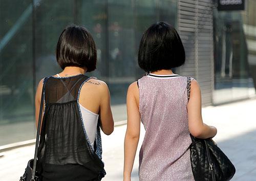 Soóc ngắn, áo 2 dây khoe hình xăm ngập phố ngày hè - 9