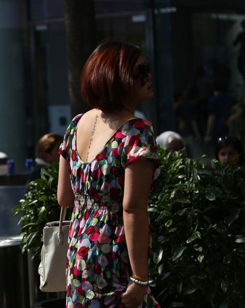 Soóc ngắn, áo 2 dây khoe hình xăm ngập phố ngày hè - 5