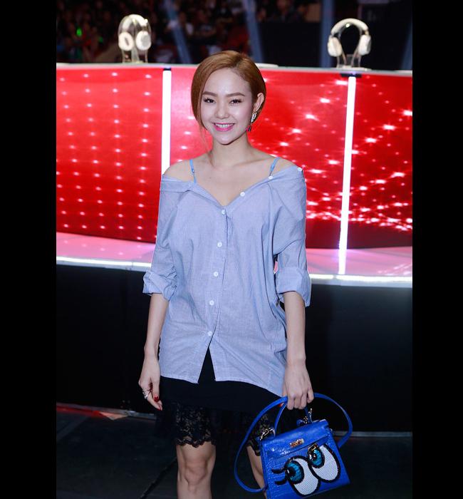 Khi tới xem một đêm diễn The Remix, cô gây chú ý với sơ mi kéo trên 2 vai và túi xách Shy Girl.