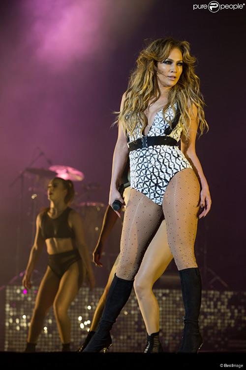 """""""Siêu vòng 3"""" Jennifer Lopez bị kiện vì mặc gợi cảm - 2"""