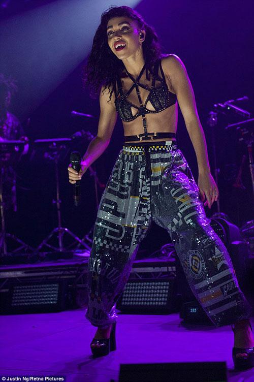 """""""Siêu vòng 3"""" Jennifer Lopez bị kiện vì mặc gợi cảm - 7"""