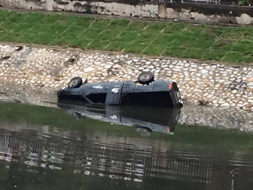 Hà Nội: Ô tô lao xuống sông Tô Lịch, tài xế tử vong - 1