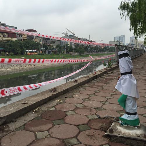 Hà Nội: Ô tô lao xuống sông Tô Lịch, tài xế tử vong - 3