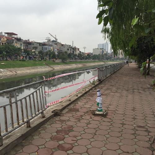 Hà Nội: Ô tô lao xuống sông Tô Lịch, tài xế tử vong - 2