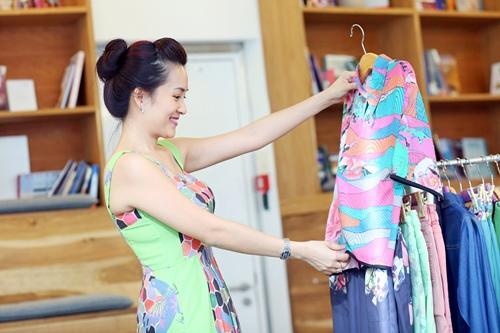 Bình Minh sặc sỡ đi shopping cùng vợ - 4